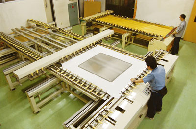Large sized stencil stretching unit